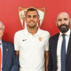 Joan Jordán entre Grabriel Ramos, vicepresidente del Sevilla, y Monchi, director deportivo del club (Foto: Sevilla FC)