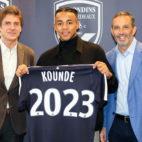 Jules Kounde, durante el anuncio de su renovación con el Girondins (Foto: Girondins de Burdeos)