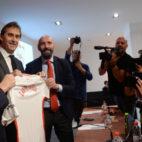 Lopetegui, en su presentación con el Sevilla, acompañado por Castro y Monchi