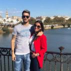 Luis Alberto, con su mujer, Patricia, en el Puente de Triana