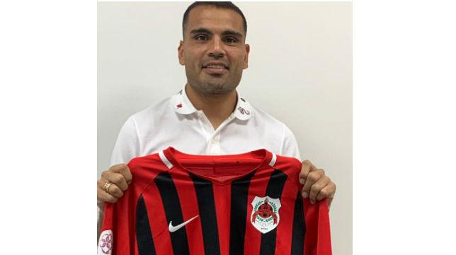 Mercado posa con la camiseta de su nuevo equipo (Foto: Al Rayyan SC)
