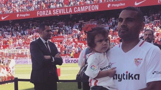 Mercado posa con su hija antes de jugar un partido en el Sevilla (Foto: Instagram)
