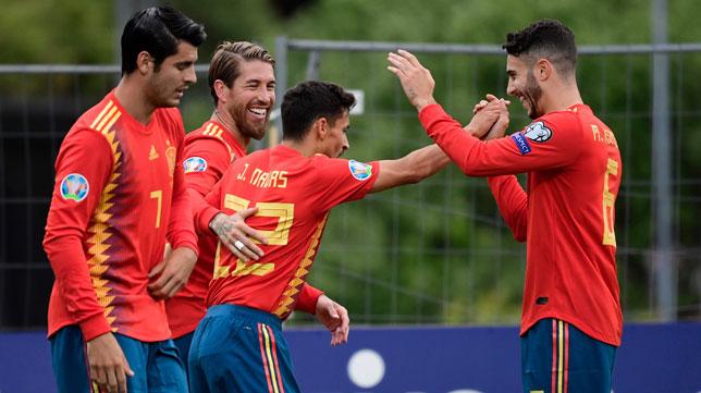 Mario Hermoso, Sergio Ramos y Morata felicitan a Navas por su gol ante Islas Feroe (AFP)