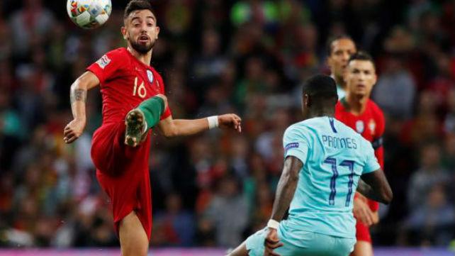 Promes se lleva el balón ante Bruno Fernandes (REUTERS)