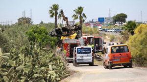 El coche de Reyes, retirado por los bomberos tras el accidente mortal (Foto: Vanessa Gómez).