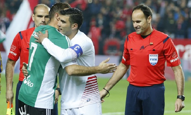 Reyes y Joaquín se abrazan antes de un derbi
