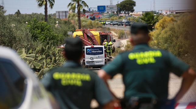 La Guardia Civil, emergencias y bomberos trabajan tras el accidente mortal del vehículo de José Antonio Reyes (Foto: Vanessa Gómez).