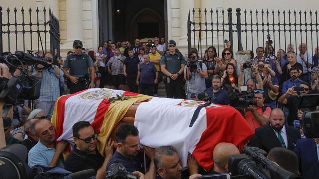 El féretro con los restos de José Antonio Reyes, en la iglesia de Santa María de la Mesa de Utrera (Foto: Raúl Doblado/ABC)