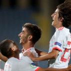Bryan Gil celebra junto a sus compañeros el segundo gol de España ante Portugal en la final del Europeo sub 19 (Foto: EFE)