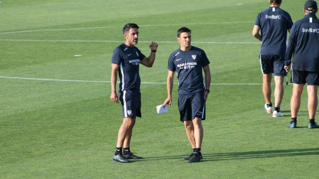 Óscar Caro y Pepe Conde, preparadores físicos del Sevilla FC, durante una sesión de trabajo del equipo en Lagos (Foto: ABC de Sevilla)