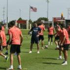 Lopetegui atiende al entrenamiento de sus pupilos (foto: SevillaFC)