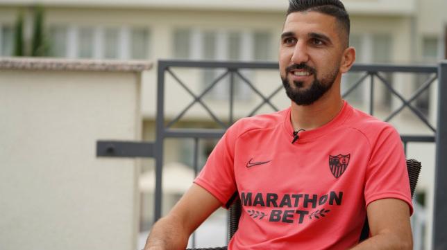 El delantero Munas Dabbur atiende a los medios oficiales del Sevilla FC en la concentración de Bad Schönborn