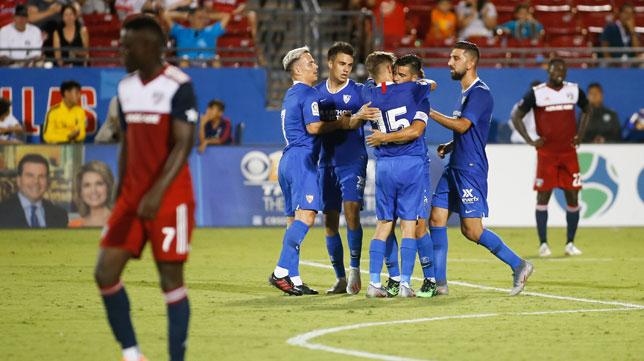 Los jugadores del Sevilla FC felicitan a Nolito por su gol en el Dallas-Sevilla FC (EFE)