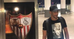 Fernando posa a su llegada a Sevilla.