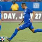Joan Jordán ejecuta un lanzamiento de falta para marcar en el amistoso contra el FC Dallas