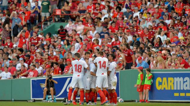 Los sevillistas celebran uno de sus goles al Liverpool en el Fenway Park de Boston