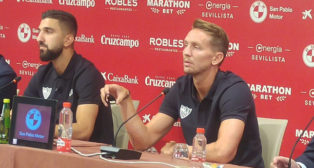 Dabbur y De Jong, en su presentación como jugadores del Sevilla FC