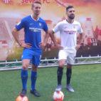 De Jong y Dabbur posan con las equipaciones del Sevilla FC tras su presentación