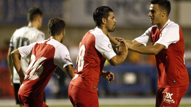 Nolito es felicitado tras marcar de penalti en el amistoso ante el Reading (Foto: Manuel Gómez)