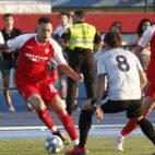 Ocampos trata de encarar en el amistoso entre el Sevilla y el Reading (Foto: Manuel Gómez)