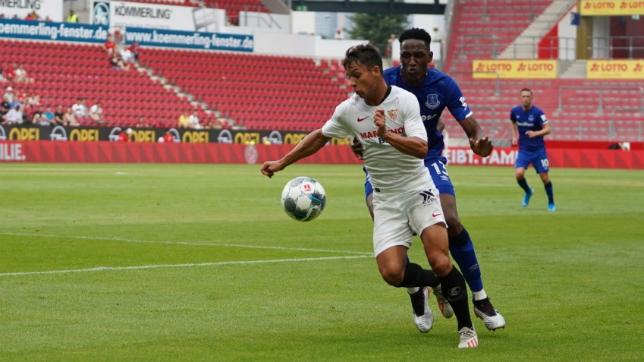 Óliver Torres se lleva un balón ante Yerry Mina (SFC)