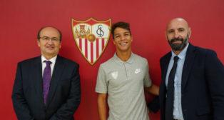 Oliver Torres posa junto a José Castro y Monchi. Foto: Sevilla FC