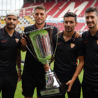 Los capitanes del Sevilla FC Banega, Carriço, Navas y Escudero junto al trofeo de la Opel Cup (SFC)
