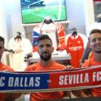Sergio Rico, Munas Dabbur y Luuk de Jong, en la tienda la tienda oficial del FC Dallas (foto: Sevilla FC)