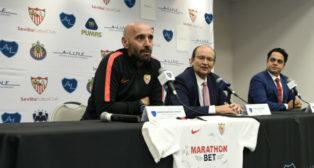 Monchi y José Castro durante el acto de presentación de la segunda parte de la gira por EEUU (foto: Sevilla FC)