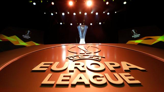 Imagen del trofeo de la UEFA Europa League durante el sorteo en Mónaco (foto: Reuters)