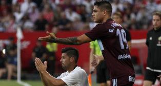 Nolito pide perdón en un lance del Sevilla-Celta (foto: Manuel Gómez)