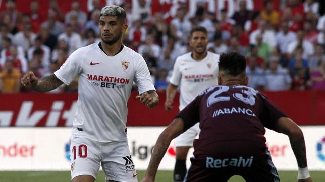 Banega conduce el balón durante el Sevilla - Celta (Manu Gómez)
