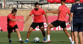 Dabbur, en un entrenamiento junto a Escudero y Diego Carlos (Manu Gómez)