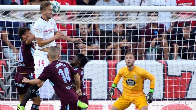 El delantero del Sevilla Luuk de Jong remata de cabeza en el partido ante el Celta (Foto: EFE)