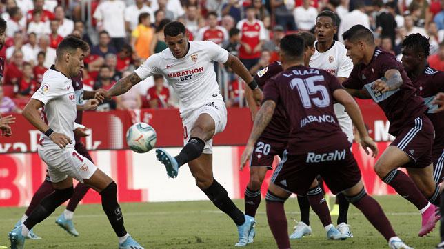 Diego Carlos intenta rematar durante el Sevilla-Celta (Manu Gómez)