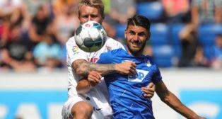 Kjaer lucha un balón en el Hoffenheim Sevilla FC (Foto: EFE)