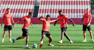 De Jong, Arana, Koundé, Gnagnon y Kjaer, durante el entrenamiento del Sevilla FC de este viernes (Foto: SFC)