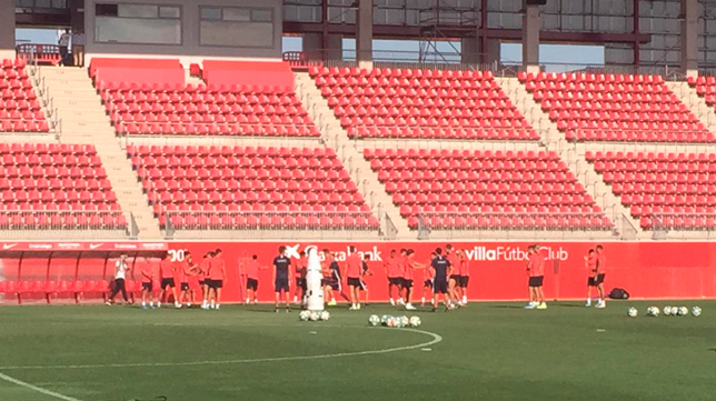 Los jugadores del Sevilla FC han entrenado en la ciudad deportiva José Ramón Cisneros