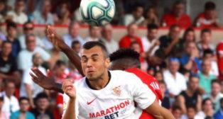 Jordán salta ante un jugador del Granada