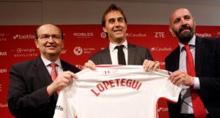 Lopetegui, con José Castro y Monchi , el día de su presentación como entrenador del Sevilla (Foto: MANUEL GÓMEZ)