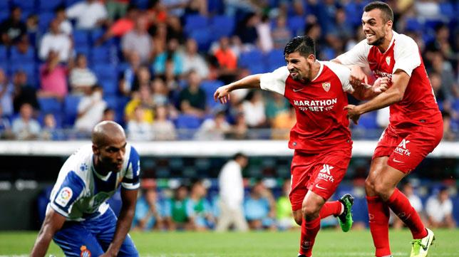 Nolito celebra cogido por Jordán su gol en el Espanyol-Sevilla (EFE)