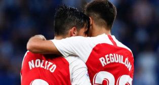 Reguilón y Nolito se abrazan tras el 0-2 del gaditano en el Espanyol-Sevilla (EFE)