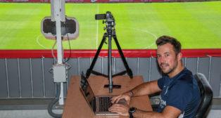 Ramón Vázquez posa con sus herramientas de trabajo en la ciudad deportiva para ABC de Sevilla (Foto: J. J. Úbeda)