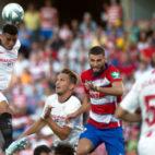 Diego Carlos despeja el balón en el partido ante el Granada