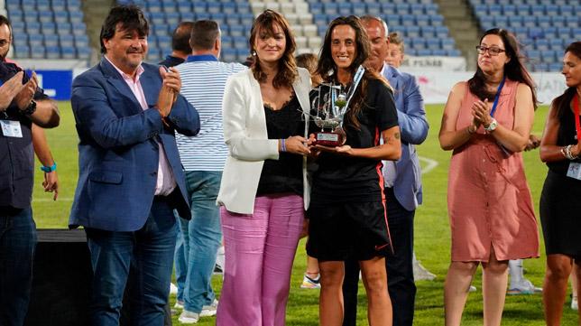 Maite recogió el trofeo del tercer puesto en la I Copa Colombina (Foto: Sevilla FC)