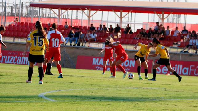 Una de las jugadas del Sevilla FC Femenino - Santa Teresa (Foto: SFC)