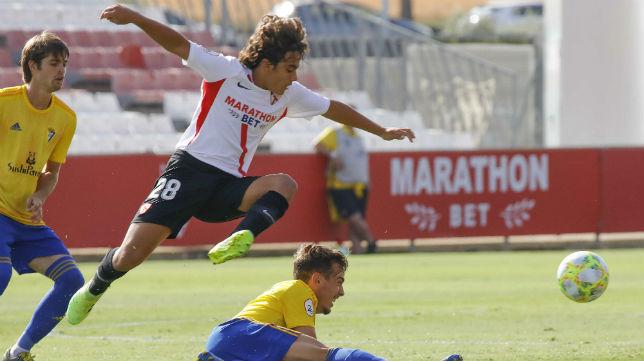 Carlos Álvarez, en un lance del partido ante el Cádiz B (Foto: Raúl Doblado)