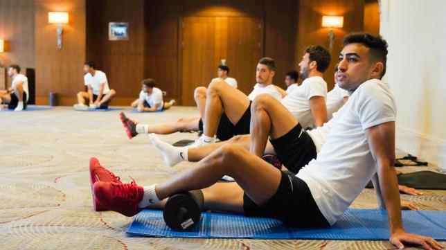 Munir, en primer plano, durante la sesión de activación del Sevilla FC en el hotel de Bakú (Foto: SFC)