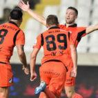 Jugadores del APOEL celebran uno de los goles ante el AEL Limassol