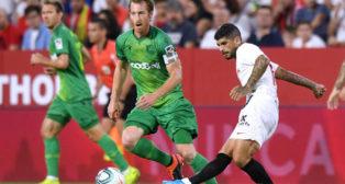 Banega centra en un lance del Sevilla-Real Sociedad (J. J. Úbeda)